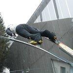 Лыжник у входа в музей лыж