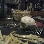Hamburguesa de vaca asturina, con su queso ahumado y sus patatas paja