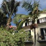 Från solstolen i trädgården mot hotellet