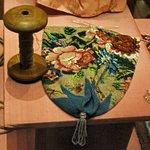 Met kralen gebreid tasje, één van de stukken in het museum.