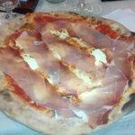 Pizza pomodoro, ricotta, mozzarella e prosciutto di Parma