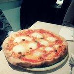 Pizza margherita con mozzarella di bufala - 1