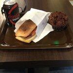 formule à 8.5€:  ciabatta bayonne chevre, muffin au choco et coca