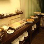 Concepción, Chile, Hotel Germania. Comedor con desayuno buffet..