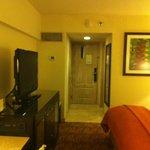 La habitación cuenta con un pequeño closet