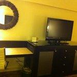 Las habitaciones cuentan con un pequeño escritorio
