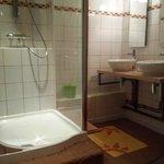 salle de bain avec tou le confort moderne