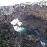 Fique um tempo escultando o som do mar nas rochas!