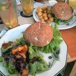 Hamburguesa vegana y ensalada