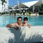 mi hijo y yo disfrutando de una refrescada en la piscina del hilton vallarta