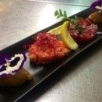 tris i tartare in fiore (tonno rosso, Salmone selvaggio, Gamberi di profondità argentini)