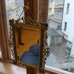Espejo original, ventana que da al patio de carruajes