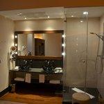 Dusche und Waschbecken in Schlafbereich integriert