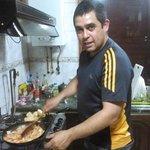 Rodrigo cocinándonos camarones salteados