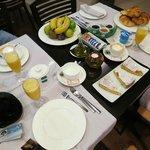L'ottima colazione con torte e marmellate locali