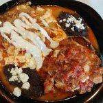 Div rancheros en salsa de Chorizo y mont en chicharron de aldilla