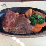 Bコースのステーキ。これはミディアムレア。肉質も焼き具合も素晴らしい。妻はウェルダンで頼んだら薄くて広い肉でした。なるほどと感心しました。