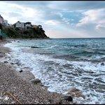 La playa... linda pero está prohibido bañarse por la contaminación.