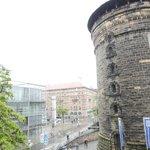 窓の外にはケーニッヒ門の見張り塔