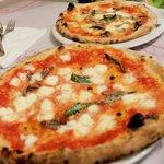 手前がレギュラーサイズピザ。でも超特大です。