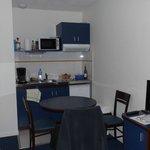 salle et kitchenette