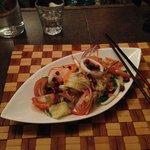Gasnudelsalat mit Krabben, Schweinswurst und Gemüse