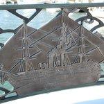 みなと橋の欄干の飾り「黒船」