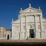 Белоснежный фасад собора