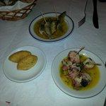 Sardinhas frescas banhadas no azeite, polvo e bolinho de bacalhau.
