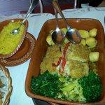 Bacalhau autêntico e muito bem servido. Com certeza dá para 3 pessoas normais comerem .