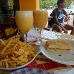 baguette submarino con papas y suco de siriguela y laranja con abacaxi