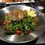 Salade avec bonbon chèvre-abricot, éclats de pistaches et tomates confites