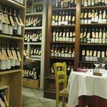 Scaffali con bottiglie di vino