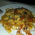 L'Angolo di Casa....spaghetti trafilati al bronzo con scampi, pomodorini e seppioline...