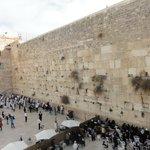 Вид на Западную стену с мостика, ведущего на Храмовую гору