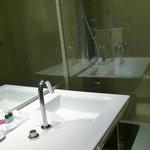 salle de bain avec colonne de douche