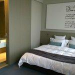 Zimmer mit verdeckbaren Blick ins Bad