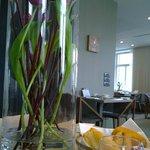 Frühstücksraum, Früchte und frischen Blumen