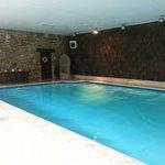 La piscine est d une taille correcte mais mal sécurisée,glissante et la profondeur n est pas aff