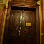 Входная дверь в отель