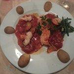 Filet de saumon et scampis rôtis aux courgettes et coulis de tomates fraîches au basilic