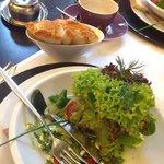 Salatvariationen an Feta, Tomaten & Oliven