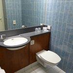 La salle de bain ; le lavabo et les toilettes