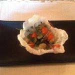 Pre antipasto- cialda di riso con mousse di granchio e salsa guacamole