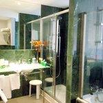 Estupendo y completo baño de marmol verde