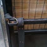 Puerta de la habitación número 10 que a falta de candado la cierran con un cinturón