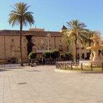 La Plaza de España y al fondo el hotel.