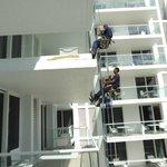 obreros trabajando en el balcón