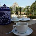 Después de un delicioso desayuno, un rico cafecito disfrutando del paisaje.