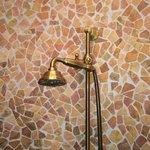 La douche oui, mais direction le mur seulement.